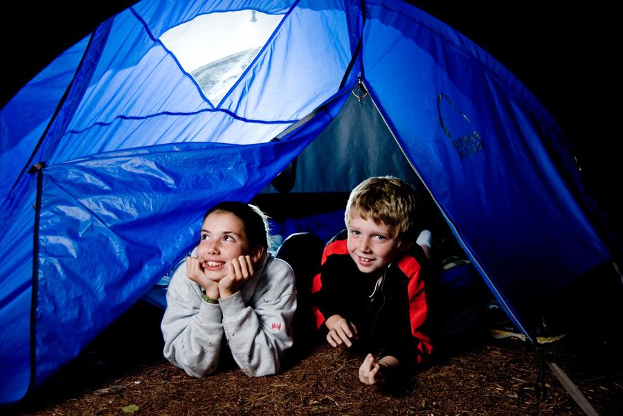 bambini in campeggio di notte